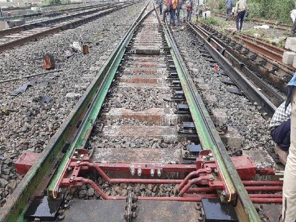 रेल पटरी पर रेड में दिख रहा थिकवेब स्विच है। पटरियों की दिशा बदलने वाले प्वाइंट पर इसे लगाया जा रहा है। - Dainik Bhaskar