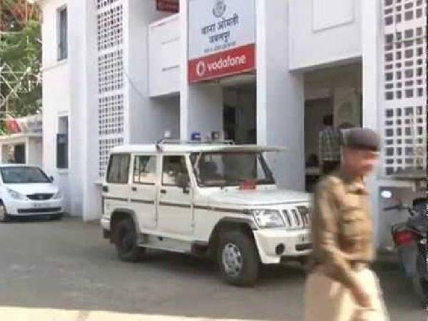ओमती पुलिस ने दर्ज किया अवैध वसूली का मामला। - Dainik Bhaskar
