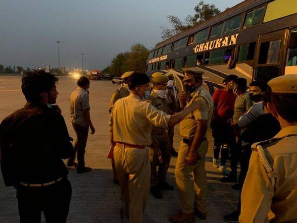 यात्रियों से पूछताछ करते पुलिसकर्मी।