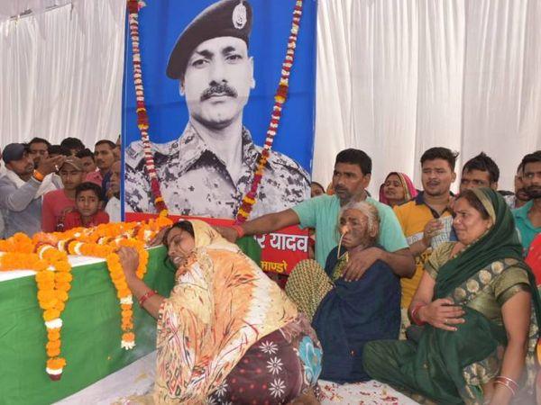 पति के पार्थिव शरीर से लिपटकर रोती पत्नी और पास में बेसुध कैंसर पीड़ित मां। - Dainik Bhaskar