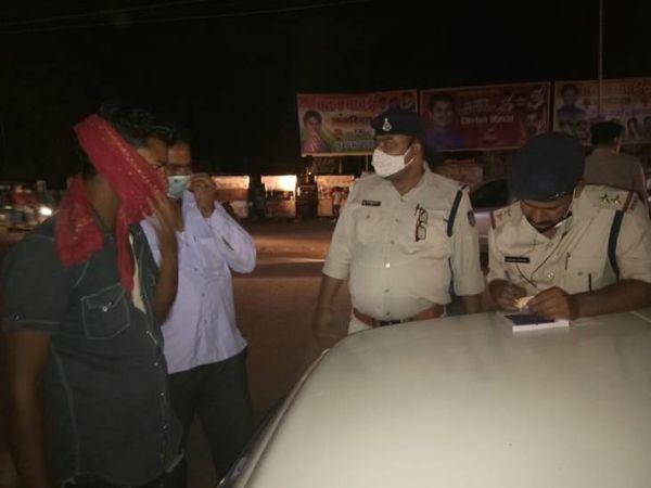 मुरैना में बिना मास्क वालाें का चालान करते पुलिसकर्मी। - Dainik Bhaskar