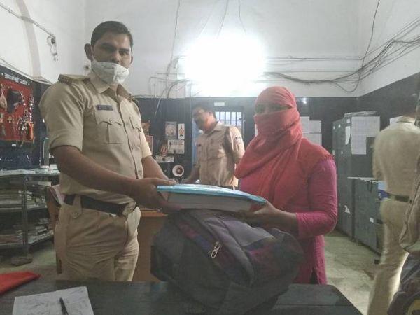 छात्रा को उसका गायब बैग वापस करता आरक्षक मानवेंद्र। - Dainik Bhaskar
