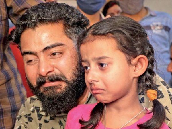 CRPF कमांडो राकेश्वर सिंह मन्हास की 6 साल की बेटी के आंखों से आंसू नहीं थम रहे हैं। जो पहुंचता है उससे वह यही कहती है- मेरे पापा को बुला दो।