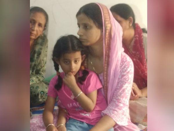 CRPF कमांडो राकेश्वर सिंह मन्हास की पत्नी मीनू कहती हैं कि हमें स्थानीय पत्रकार से पता चला कि मेरे पति लापता हैं।