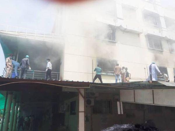 अस्पताल में आग लगने के बाद मशक्कत के बाद काबू किया गया था। (फाइल फोटो) - Dainik Bhaskar
