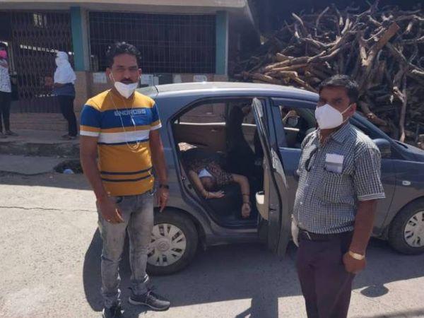 जबलपुर में सोमवार को सामने आई ये तस्वीर शर्मसार करने वाली है। यहां एक बेटा बुजुर्ग मां को लेकर कार में भटकता रहा। इलाज न मिलने से आखिरकार महिला ने कार में ही दम तोड़ दिया। - Dainik Bhaskar