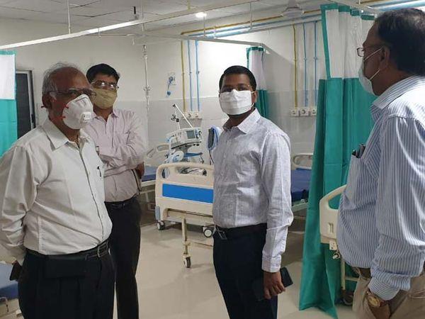 डीसी ने मौजूद अधिकारियों को बेड की व्यवस्था, साफ-सफाई की व्यवस्था के संबंध में महत्वपूर्ण दिशा-निर्देश दिया। - Dainik Bhaskar