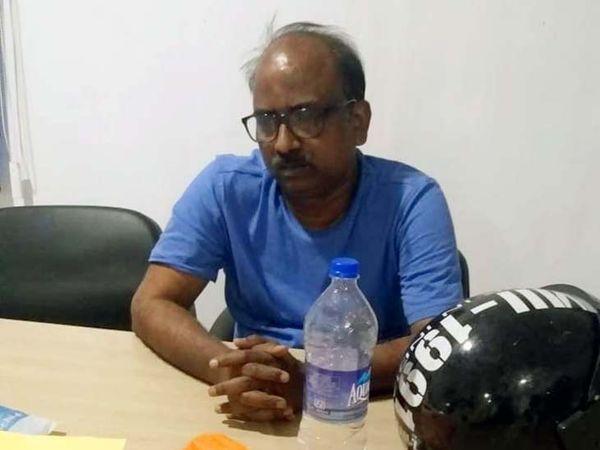 ACB की टीम ने असिस्टेंट इंजीनियर अशाेक कुमार को आज उनके ही ऑफिस से घूस लेते रंगेहाथों गिरफ्तार कर लिया। - Dainik Bhaskar