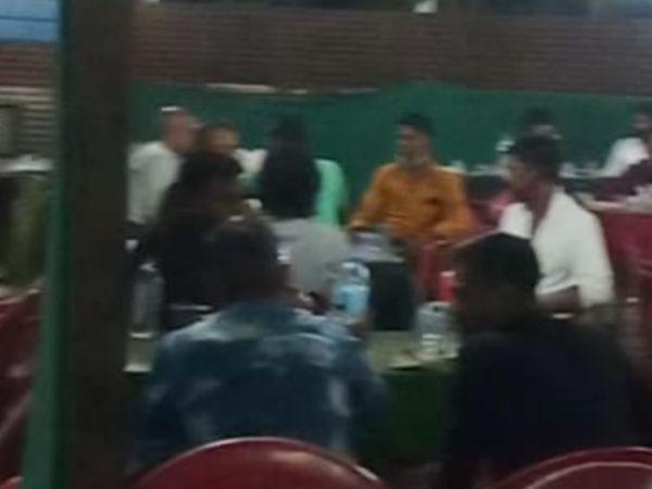 टेबलों पर एक-दूसरे के सामने भीड़ में छलका रहे जाम। - Dainik Bhaskar