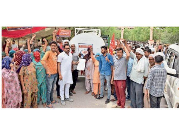 हिसार | बधावड़ के ग्रामीण वाटर टैंकर काे वापस लाैटाने के लिए लघुसचिवालय के बाहर पहुंचे। नारेबाजी करते हुए ग्रामीण। प्रदर्शन के दौरान जगह-जगह पुलिस तैनात रही। डीएसपी अभिमन्यु माैके पर माैजूद रहे। - Dainik Bhaskar