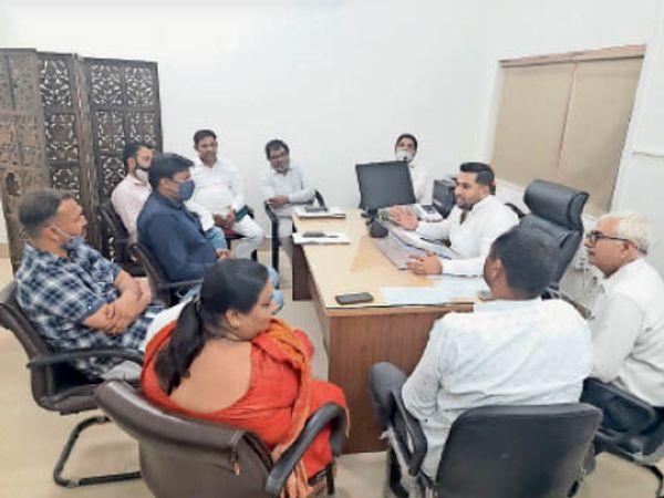 सोनीपत. मेयर निखिल मदान निगम अधिकारी व वार्ड पार्षदों के साथ शहर के विकास कार्यो को लेकर चर्चा करते हुए। - Dainik Bhaskar