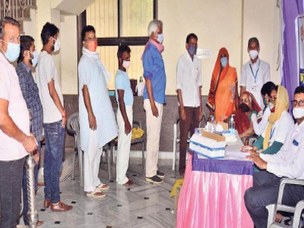 झुंझुनूं. पुरोहितों की बगीची में टीकाकरण करवाने के लिए कतार में खड़े 45 वर्ष पार वाले लोग। - Dainik Bhaskar