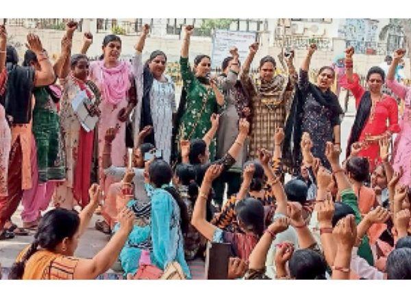 लांधड़ी-चिकनवास टोल पर कृषि कानूनों के विरोध में प्रदर्शन करतीं महिलाएं। - Dainik Bhaskar
