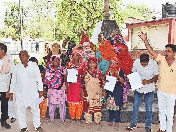 बिजली बिलाें में सिक्योरिटी के नाम पर अतिरिक्त राशि वसूलने के विराेध में शहर के लाेगाें ने क्रांतिमान पार्क में प्रदर्शन किया। साथ ही डीसी काे भी ज्ञापन साैंपा। दलजीत सिंह, विरेंद्र, राजा, कुलदीप, मनाेज आदि शामिल रहे। - Dainik Bhaskar