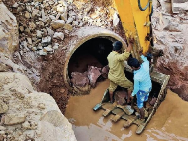 30 साल पुरानी लाइन, क्षमता से 2.25 करोड़ लीटर ज्यादा ले रहे पानी। - Dainik Bhaskar