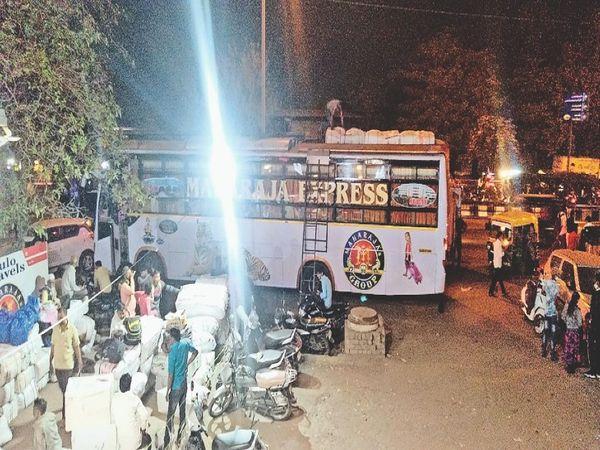 एक 50 सीटर बस में 90 यात्री तक ले जा रहे ऑपरेटर - Dainik Bhaskar