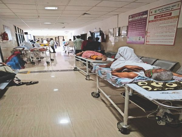 सिविल अस्पताल के ओपीडी के बाहर स्ट्रेचर पर इंतजार करते मरीज। - Dainik Bhaskar