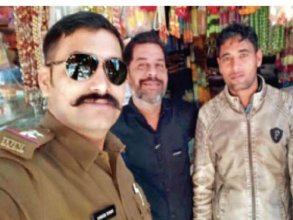 सामूहिक दुष्कर्म के दोनों आरोपी के साथ फरार एसआई किशोर। - Dainik Bhaskar