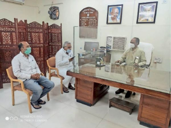 विधायक अरुण वोरा ने निगम में अधिकारियों से भी चर्चा की। - Dainik Bhaskar