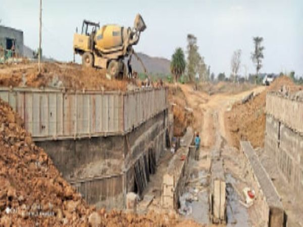 खूंटाघाट के पास जल संसाधन विभाग क्रास रेग्यूलेटर तैयार कर रहा। - Dainik Bhaskar