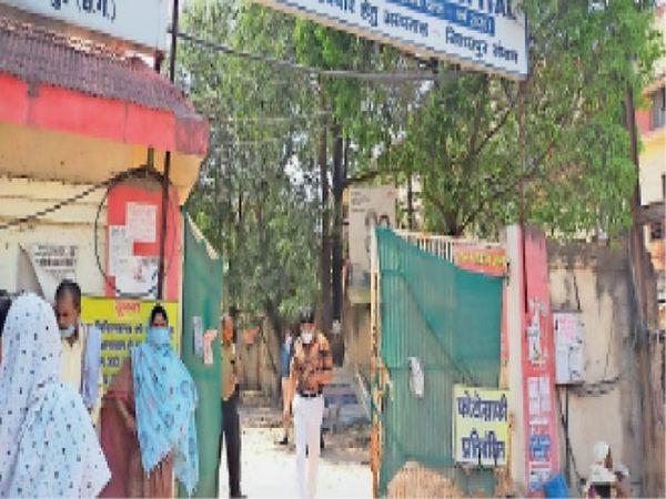 हंगामे के बाद डॉ. गुप्ता पहुंचे और मरीजों पर कड़ी निगरानी रखने कहा। - Dainik Bhaskar