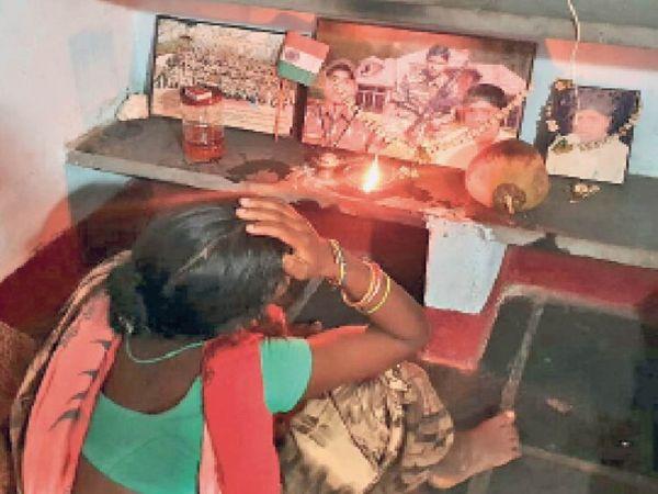 पत्नी परमशीला को सूचना मिली कि उनके पति नहीं रहे, लेकिन उन्होंने भरोसा नहीं किया। उसी दिन वो भगवान के सामने दीया जलाकर बैठ गई। - Dainik Bhaskar