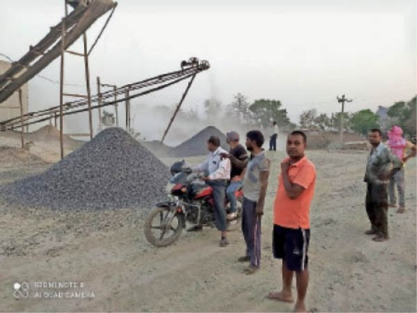 क्रशर को बंद कराते क्षेत्र के ग्रामीण। - Dainik Bhaskar