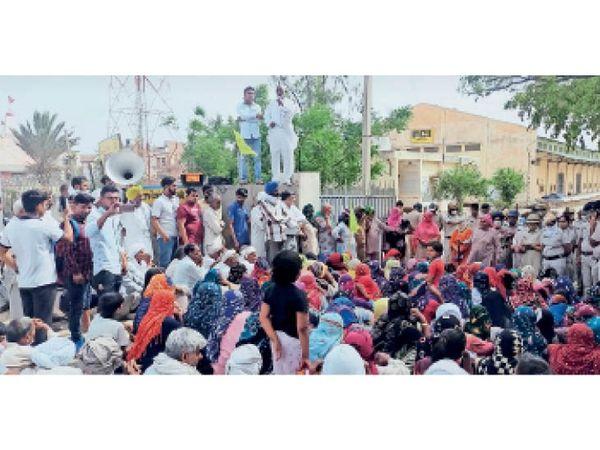जींद | नरवाना में एफसीआई गोदाम के बाहर धरना देते किसान, इस दौरान पुलिस बल भी मौजूद रहा। - Dainik Bhaskar