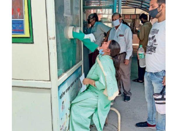 अम्बाला सिटी| सिविल अस्पताल में काेराेना जांच को सैंपल देती महिला। - Dainik Bhaskar