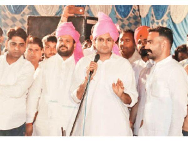 साहा में कार्यकर्ताओं काे संबोधित करते राज्यसभा सांसद दीपेंद्र हुड्डा। - Dainik Bhaskar