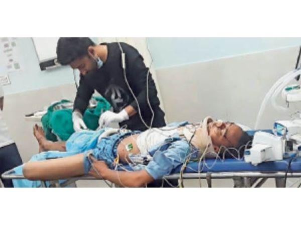 कार व बाइक की भिड़ंत में घायल युवक का इलाज करते डॉक्टर। - Dainik Bhaskar
