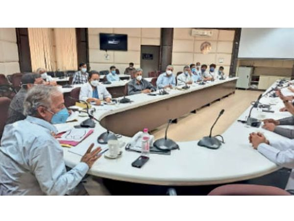 सब संभालना होगा... यूएचएस के सभागार में सभी विभागों के अध्यक्षों के साथ आपात मीटिंग करते कुलपति डॉ. ओपी कालरा। - Dainik Bhaskar