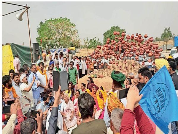 शाहजहांपुर. दिल्ली-जयपुर हाईवे के बीच डिवाइडर पर बने किसान शहीद स्मारक के उद्घाटन कार्यक्रम में मौजूद योगेन्द्र यादव, मेघा पाटकर और किसान नेता। - Dainik Bhaskar