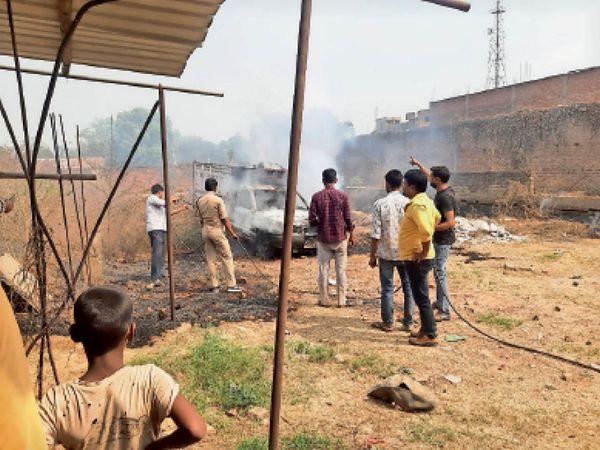 राजेश्वर जी के बगीचा में पिकअप में लगी आग। - Dainik Bhaskar