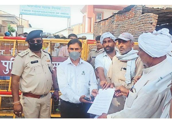 एफसीआई के मैनेजर को ज्ञापन देते किसान सभा के नेता। - Dainik Bhaskar