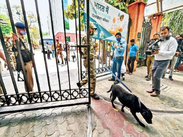 मामले की सूचना मिलते ही पुलिस और सीआईएसएफ की टीम ने मौके पर पहुंच सघन तलाशी ली। - Dainik Bhaskar