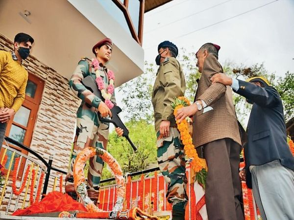 शहीद पैर ट्रूपर कमांडो बाल कृष्ण की प्रतिमा स्थापित। - Dainik Bhaskar