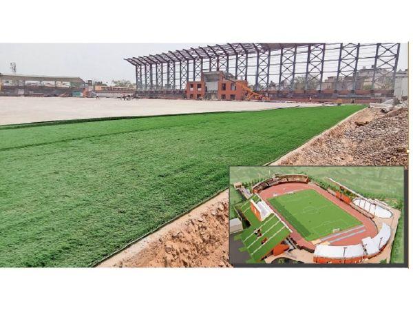 अम्बाला कैंट | वार हीरोज मेमोरियल स्टेडियम के फुटबॉल ग्राउंड में बिछाई जा रही इटली से मंगवाई पॉली ग्रास।      इनसेट में (काम पूरा होने के बाद ऐसा दिखेगा फुटबॉल स्टेडियम।) - Dainik Bhaskar