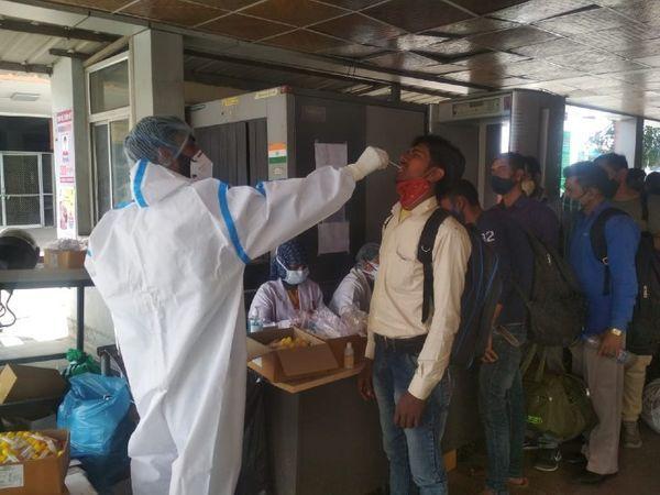जयपुर रेलवे स्टेशन पर दूसरे राज्यों से आए यात्रियों की कोरोना जांच के लिए सैंपल लेती मेडिकल टीम।