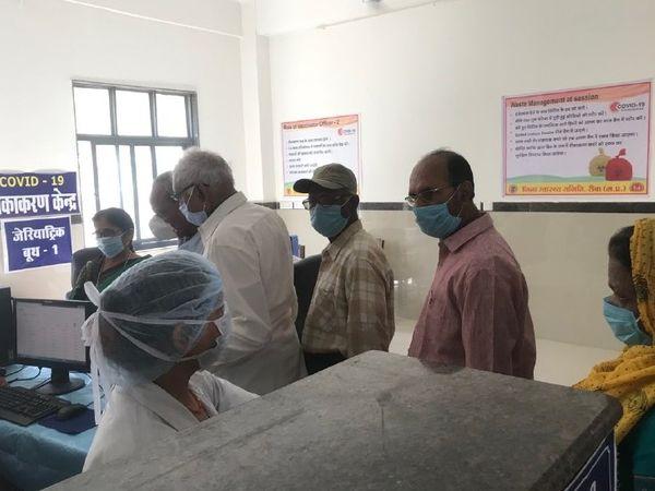रीवा संजय गांधी अस्पताल के वैक्सीनेशन सेंटर में टीका के लिए लगी लाइन - Dainik Bhaskar