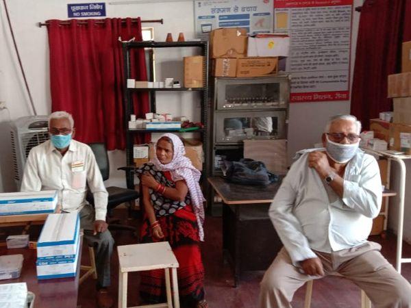 रीवा जिले के ढेकहा वैक्सीनेशन सेंटर में टीकाकरण कराते लोग - Dainik Bhaskar