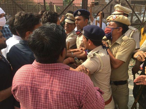 भाजपा समर्थकों को रोकती पुलिस।