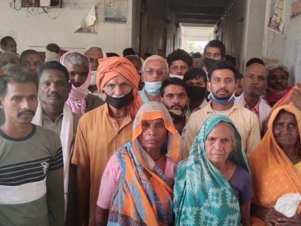 उचेहरा विकासखंड कार्यालय में एसडीएम को ज्ञापन सौंपने आए किसान - Dainik Bhaskar