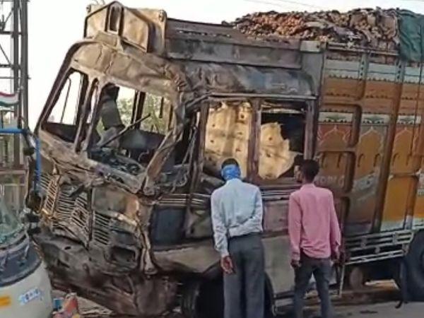 ट्रक का ड्राइवर और कंडक्टर मौके से फरार हो गए। आग लगने की सूचना पर निगम की दमकल मौके पर पहुंची।