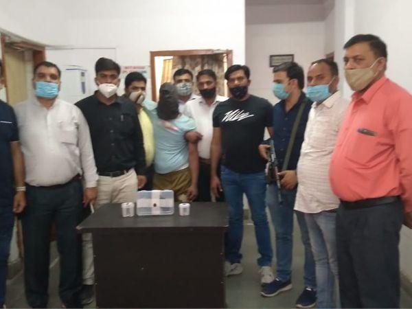 पुलिस की गिरफ्त में लुटेरा बदमाश। - Dainik Bhaskar