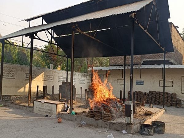 इंदौर के श्मशान घाट पर कोरोना संक्रमित शव का किया गया अंतिम संस्कार।