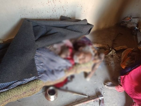 हत्या के बाद खून से लथपथ पड़ा बुजुर्ग का शव - Dainik Bhaskar