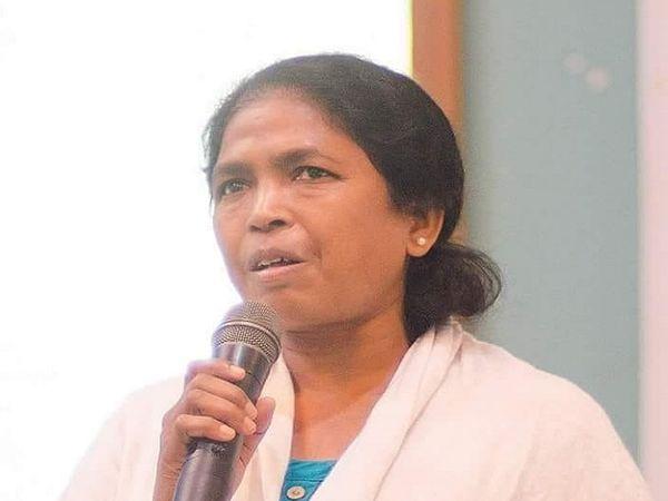 सोनी सोरी पिछली भाजपा सरकार के वक्त नक्सल मामले में गिरफ्तार की गईं थीं। उनका कहना है कि जेल में इन्हें यातनाएं दी गईं थी। अब सोनी आदिवासी अधिकारों के लिए काम करती हैं।