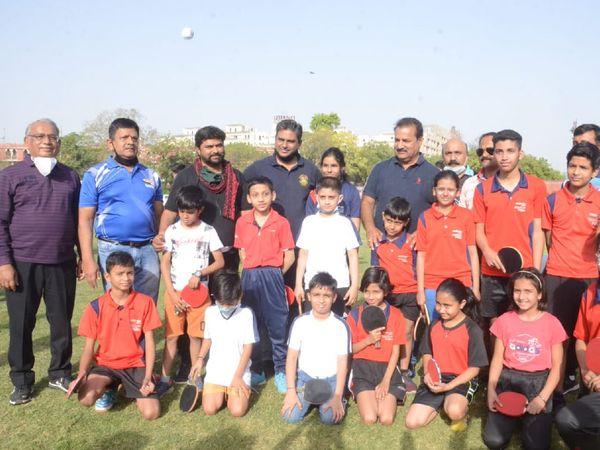 टेबल-टेनिस फेडरेशन ऑफ इंडिया के CEO धनराज चौधरी (सबसे बाएं) जूनियर और वेटरन खिलाड़ियों के साथ। - Dainik Bhaskar
