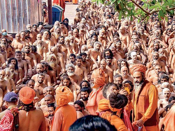 जूना अखाड़ा में नागा साधु बनने का अनुष्ठान। - Dainik Bhaskar